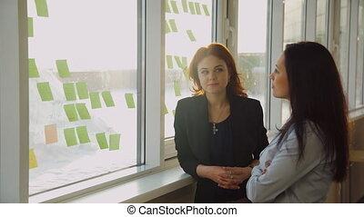 bureau, collé, ouvriers, deux, fenêtre, autocollants, discuter