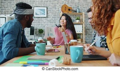 bureau, conception, smartphone, discuter, types, filles, lieu travail, ouvriers, app