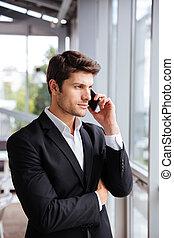 bureau, conversation, jeune, téléphone portable, sérieux, homme affaires