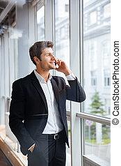 bureau, conversation, mobile, jeune, téléphone, homme affaires, heureux
