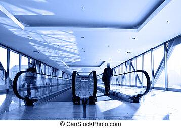 Bureau couloir gens bureau regarder salles couloir for Couloir bureau