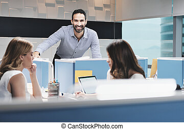 bureau, coworking, appareil photo, portrait, homme affaires, sourire heureux