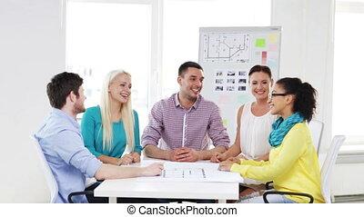 bureau, créatif, célébrer, victoire, équipe, heureux