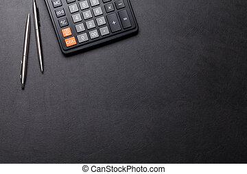 bureau, cuir, bureau, table, à, calculatrice, stylo, crayon