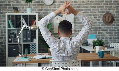 bureau, délassant, séance, étirage, jeune, dos, bras, bureau, seul, homme, vue