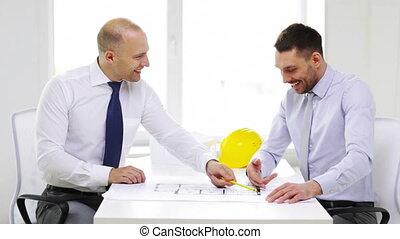 bureau, deux, architectes, hommes affaires, sourire, ou