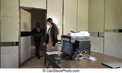 bureau, deux, hommes affaires, réunion, invite, secrétaire