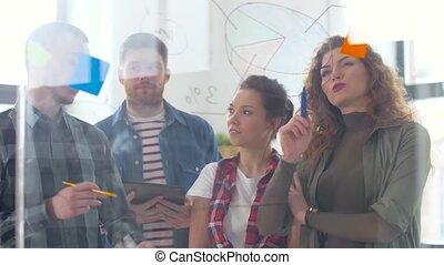 bureau, diagrammes, créatif, verre, planche, équipe