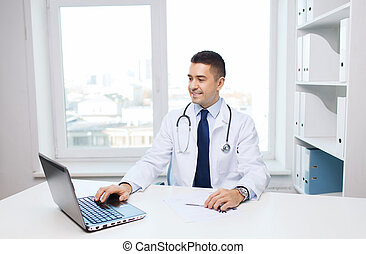 bureau, docteur, monde médical, sourire, mâle, ordinateur portable