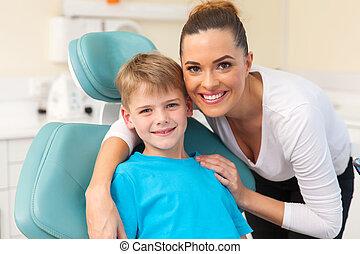 bureau, elle, étreindre, fils, dentiste, mère