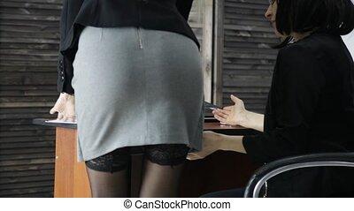 bureau, elle, boss., jeune, harceler, abus, femme,...