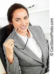 bureau, elle, femme affaires, hispanique, appareil photo, tenue, sourire, joyeux, lunettes