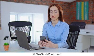 bureau, elle, mobile, femme affaires, téléphone, utilisation
