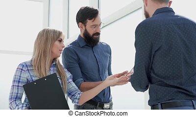 bureau, employés, debout, lobby., questions, discussion affaires