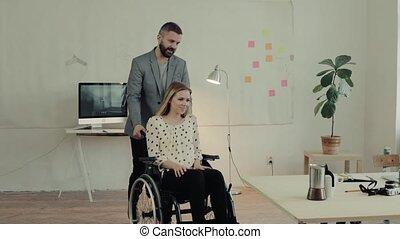 bureau., fauteuil roulant, deux, professionnels