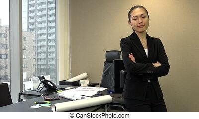 bureau, femme affaires, japonaise, directeur, appareil photo, femme, sourire