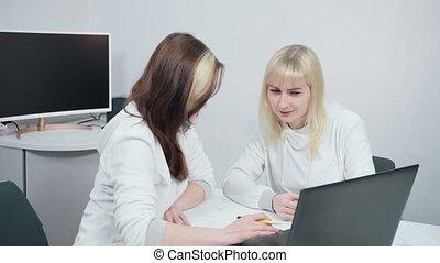 bureau, femmes affaires, discuter, travail
