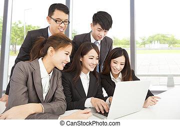 bureau fonctionnant, business, asiatique, équipe, heureux