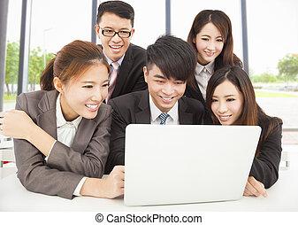 bureau fonctionnant, business, asiatique, équipe, professionnel
