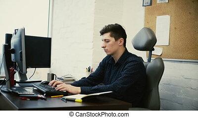 bureau fonctionnant, ordinateur bureau, devant, homme