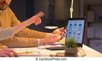 bureau fonctionnant, ordinateur portable, nuit, equipe affaires