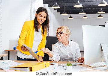 bureau, fonctionnement, deux, ensemble, table, sourire, femmes affaires