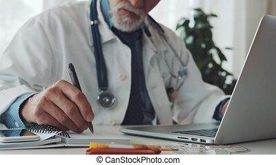 bureau, fonctionnement, docteur, ordinateur portable, desk., personne agee