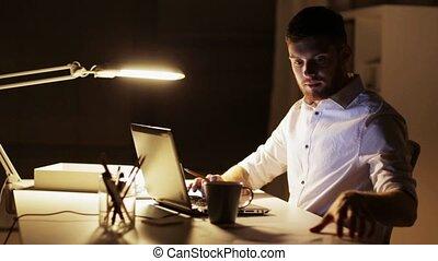 bureau, fonctionnement, ordinateur portable, nuit, papiers, homme