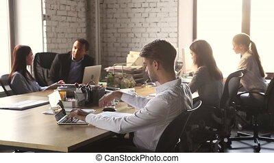 bureau, fonctionnement, séance, ordinateur portable, concentré, homme affaires, table