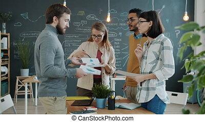 bureau, graphiques, regarder, discuter, projet, équipe, par, diagrammes, créatif