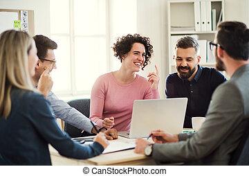 bureau, groupe, autour de, séance, moderne, jeune, businesspeople, meeting., table, avoir