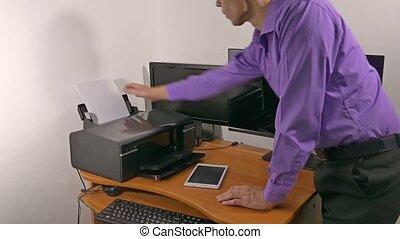 bureau, homme affaires, caractères, documents, imprimante