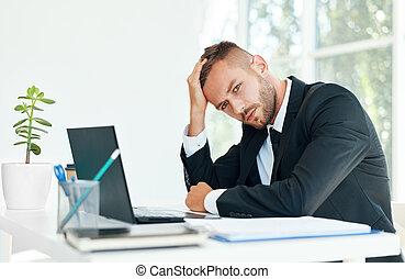 bureau, homme affaires, créatif, accentué, séance, bureau, fatigué
