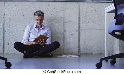 bureau., homme affaires, mûrir, tablette, créatif