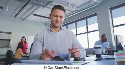bureau, homme affaires, moderne, utilisation, smartphone