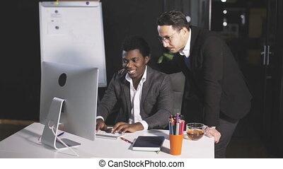 bureau, hommes, communiquer, deux, informatique, devant