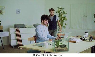 bureau., hommes, jeune, reussite, célébrer