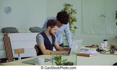 bureau., hommes, jeune, travailler ensemble