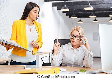 bureau, idées, deux, table, discuter, femmes affaires