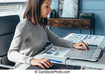 bureau., informatique, ordinateur portable, portrait, femme, fonctionnement