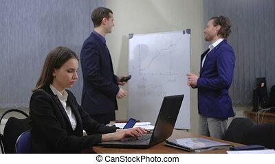 bureau., jeune, ils, ensemble, équipe, figures., businesspeople., travail, documents