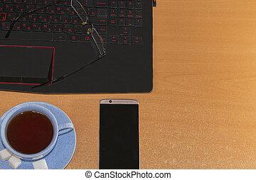 bureau, lieu travail, à, portable ouvert, sur, bureau bois