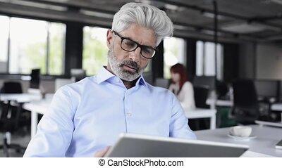 bureau., mûrir, tablette, homme affaires