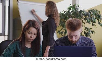 bureau, mensen zittende, aanzicht, twee, gebruik, kantoor, laptop., zakelijk