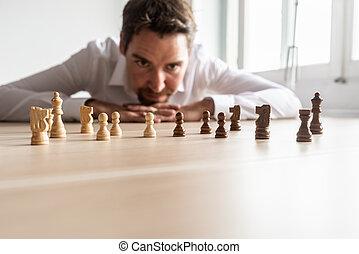 bureau, morceaux, regarder, noir, échecs, bureau, homme affaires, blanc