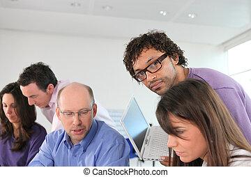 bureau occupé, équipe