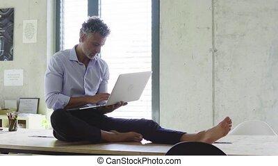 bureau., ordinateur portable, homme affaires, mûrir, créatif