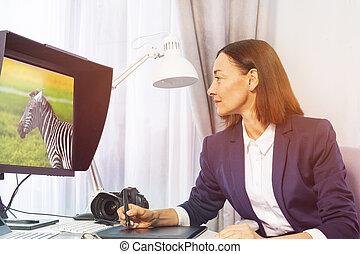 bureau, photographe, retoucher, photos, femme, portrait
