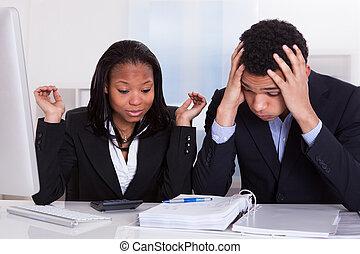 bureau, professionnels, désordre, deux, regarder