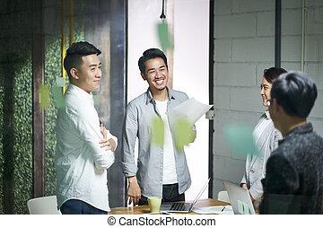 bureau, professionnels, jeune, asiatique, réunion équipe
